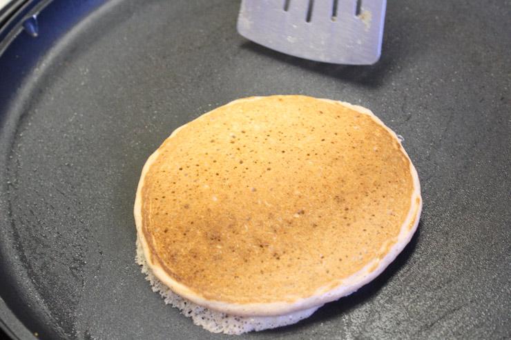 3.フライパンに1を適量伸ばし、焼き色がつくまで両面1分〜1分30秒ずつ焼きます。 お好みでバターや、ハワイアン・サンのココナッツ、グアバ、リリコイシロップをかけてできあがり。