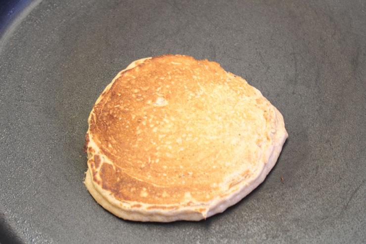 6.ひっくり返してさらに1分焼きます。メープルシロップや好みのトッピングを加え完成。