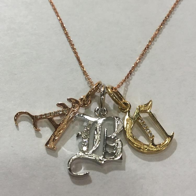 古代文字体のイニシャルダイアモンドペンダント