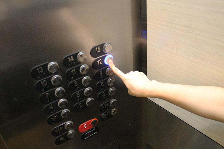 エレベーターに乗り12階へ上がります。