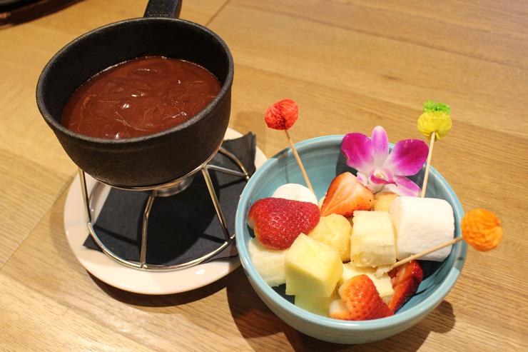 チョコフォンデュ($15)はマノアチョコレートを使った本格的な一品。