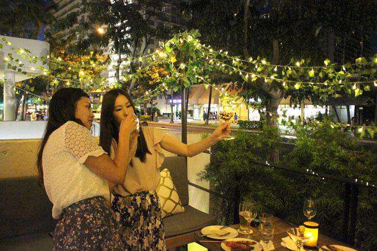 グラスを綺麗に撮影しようと奮闘する二人(笑)。
