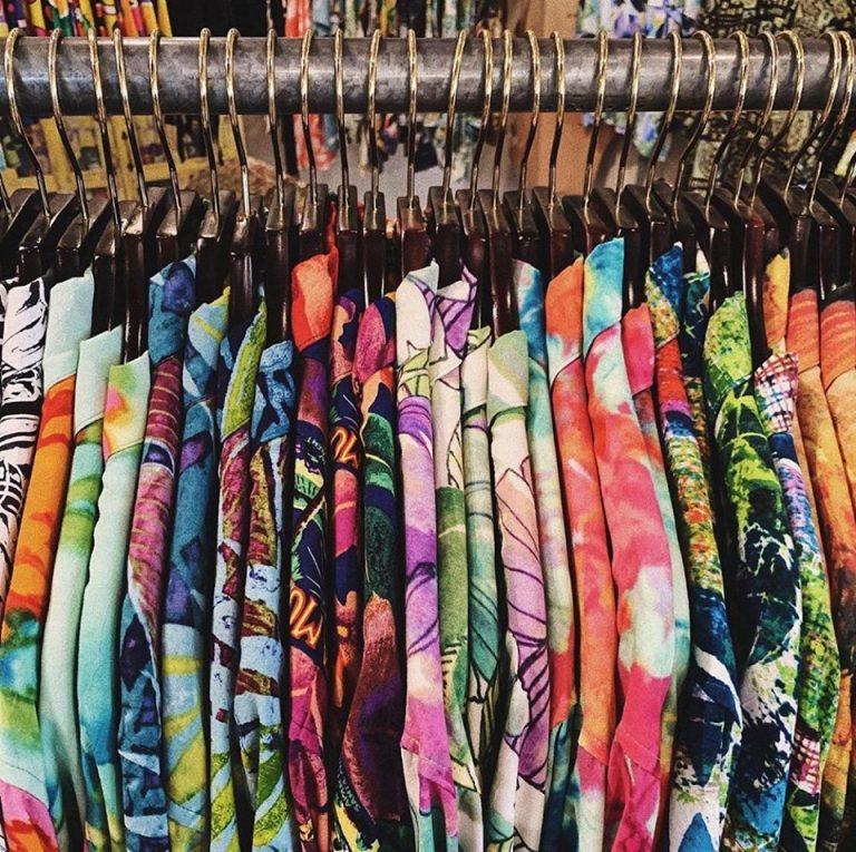 デザインが豊富!カラフルなアロハシャツ