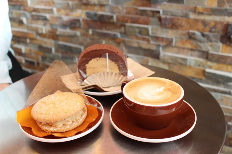 カフェ・デライトのラテとペストリー