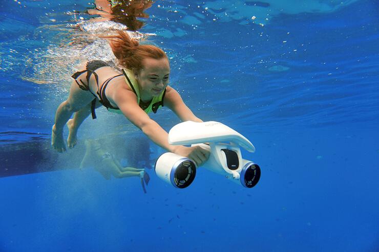 最新の水中スクーターで海中散歩ができる(有料オプション)