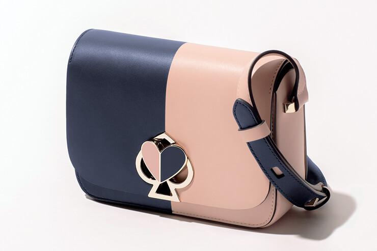 ケイト・スペード ニューヨーク:Nicola Bicolor Twistlock スモールショルダーバッグが数量限定で登場。250ドル以上のご購入で限定版トートバッグを無料進呈。