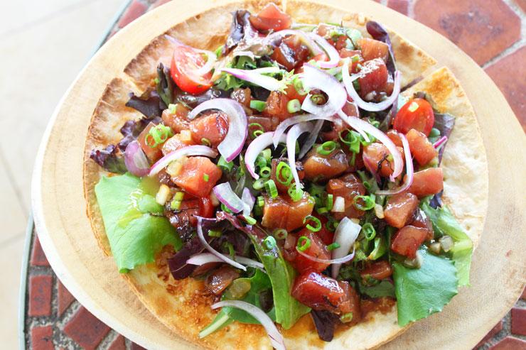 ジーニアスラウンジのアヒポキサラダピザ($15)