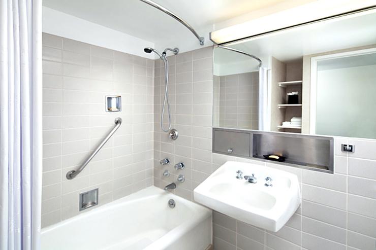 バスタブ&可動式のシャワーがあるバスルーム