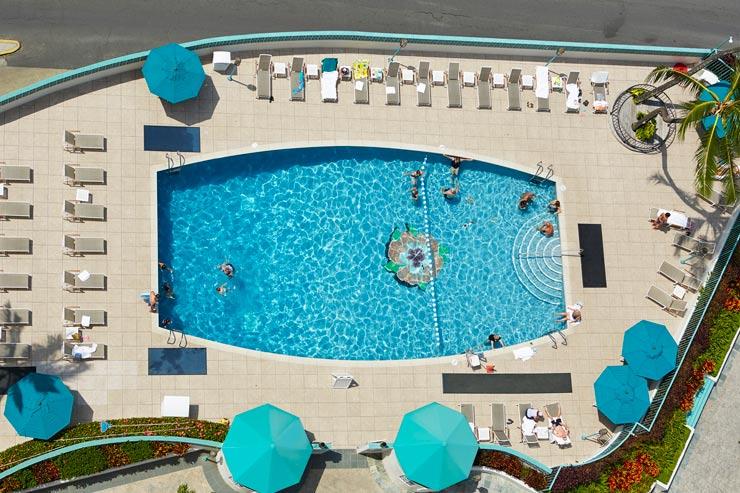 2つの温水プールのほか、フィットネスセンターも完備