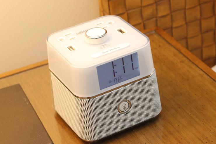 ベッド脇には電子機器の充電ができるアラームがあって便利