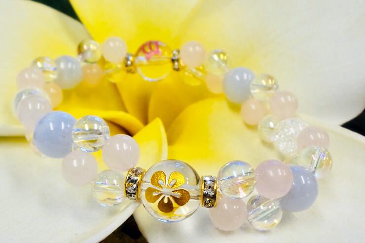ブルメリアが彫られた水晶