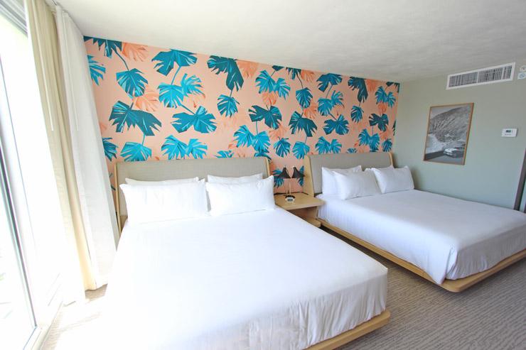キングサイズ・ベッドが2台置かれたデラックス・ダブル・キング・ルーム