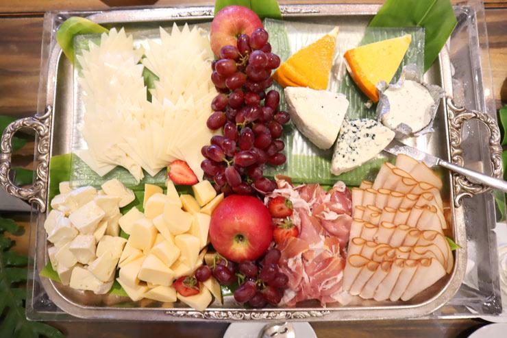 チーズやハムの盛り合わせ