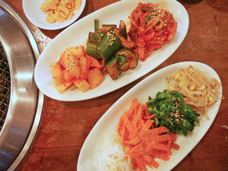「キムチ・ナムル盛り」:キムチは、野菜業者にふたご専用で作ってもらった白菜で作られています。