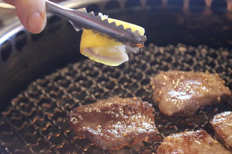 大阪焼肉ホルモンふたごの特性厚切りタン
