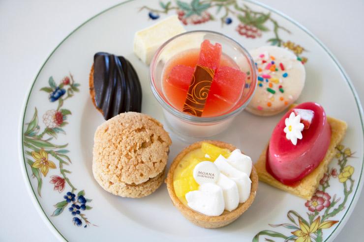 3段め:レモンポピーシードフィナンシェ、ラズベリームースケーキ、ヘーゼルナッツ シュークリーム、パイナップルチーズケーキタルト