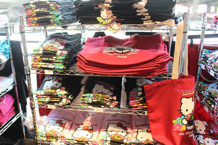 Tシャツやバッグはカラーやサイズも豊富
