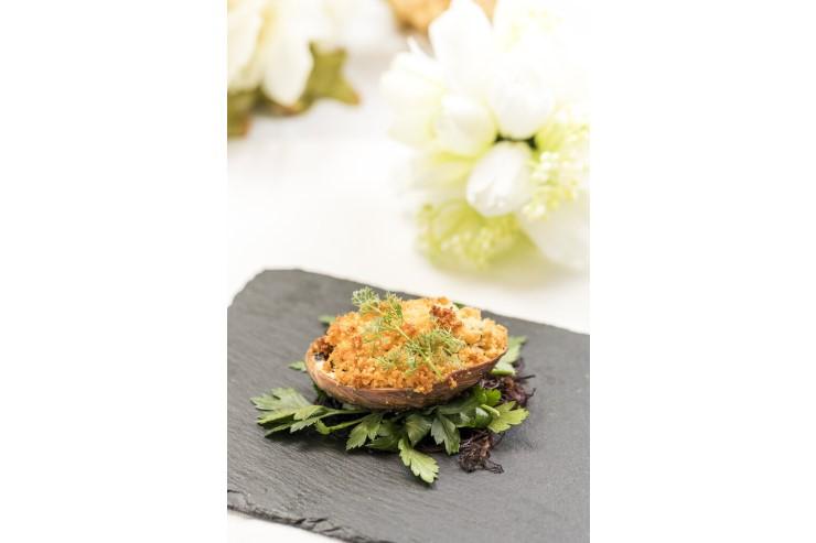【前菜】ハワイ産コナより アワビの香草パン粉焼き