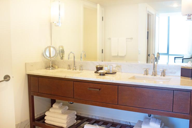 白を基調とした上品なスタイル。トイレはTOTOのウォシュレット付き。