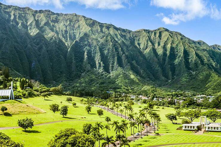 緑豊かなコオラウ山脈ふもとの美しい霊園