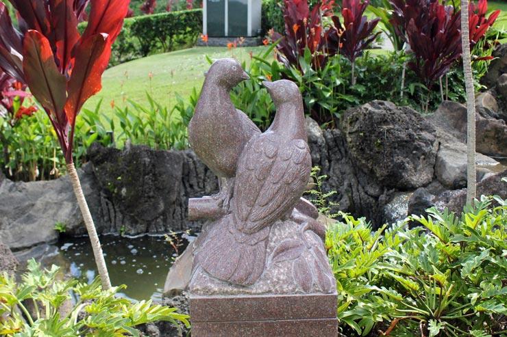 つがいの鳥がデザインされた墓石