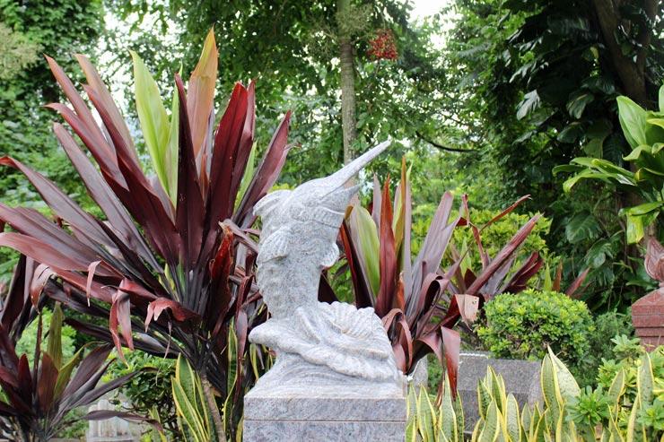 カジキマグロモチーフの墓石