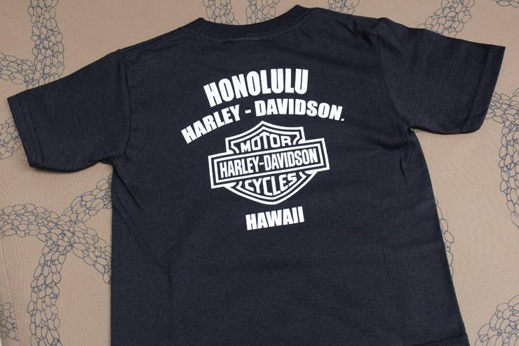 Tシャツの裏側にはホノルルの文字入り