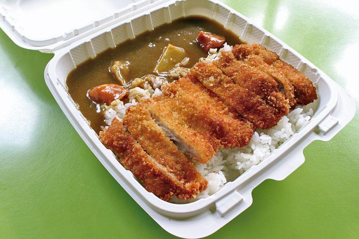 チキンカツカレーコンボ($13.18)は、日本風のルウが落ち着く味わい