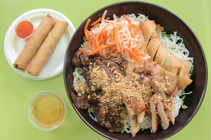 ベトナム風冷麺のバーミセリコンボ($15.48)は具材を混ぜ合わせて食べよう