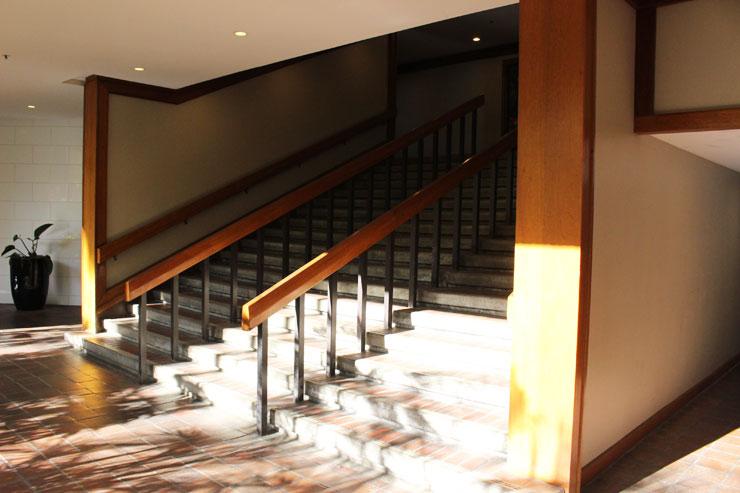 階段を登ります。