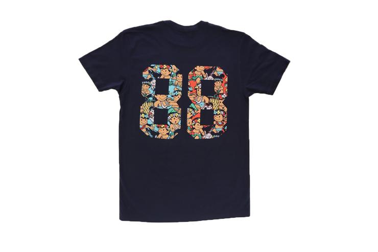 Tシャツのバックには「88」