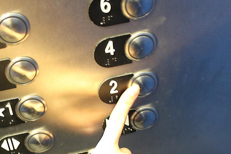 エレベーターで2階へ。