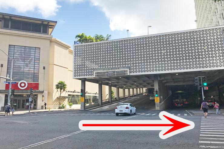 アラモアナセンターのターゲットを左手にカピオラニ大通りをまっすぐ進みます。