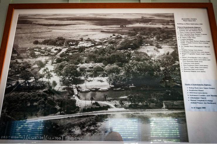 ワイアルア・コミュニティーセンターに飾られている1935年撮影の写真、中央がハレイワ・ホテル