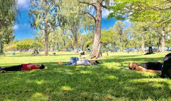 ハワイの大自然の中で大きく深呼吸するヨガウェルネス