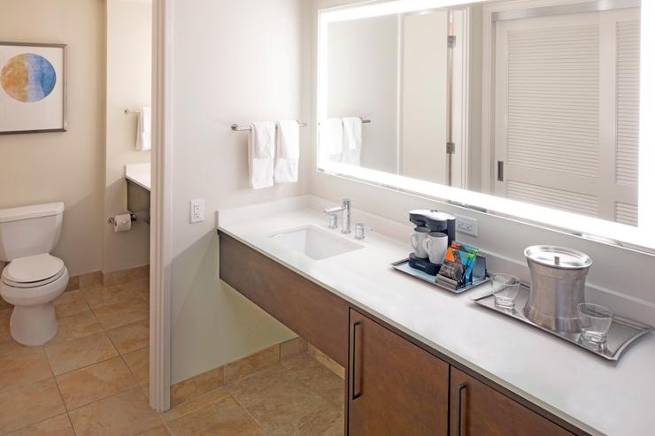 大きな鏡が備え付けられたバスルーム