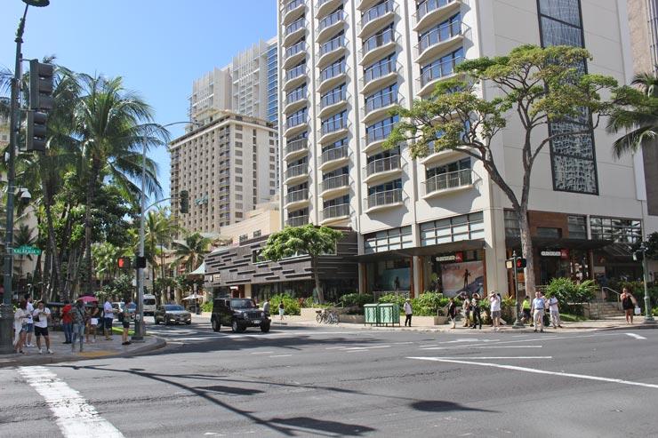 Tギャラリア ハワイ by DFSからスタートする場合、Tギャラリア を右手にカラカウアアベニューを進み、ひとつめのルワーズ・ストリートとの交差点を左へ(写真の奥側へ)