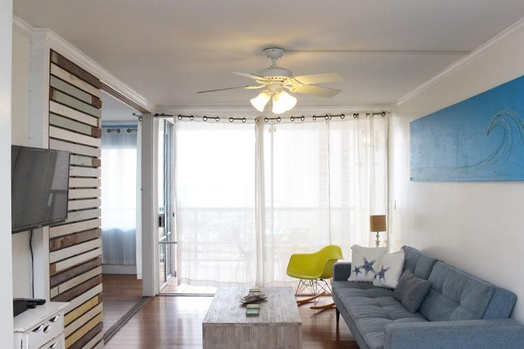 カラフルな家具が配されたリビングルームは雰囲気があるオレンジの照明を採用