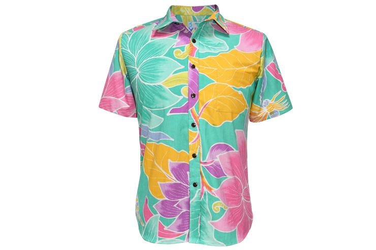 ハワイの景色に映えるシャツ($129〜)やメイド・イン・ハワイのボードショーツ($89)でおしゃれに差をつけて