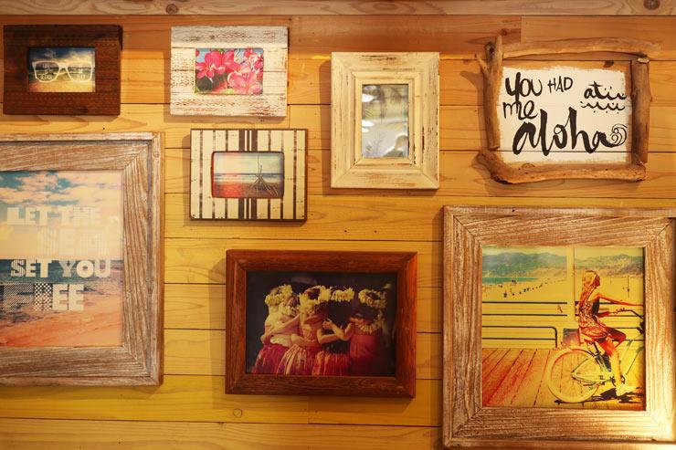 壁にはたくさんのアートも