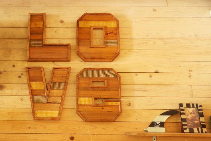 壁に飾られたloveの文字