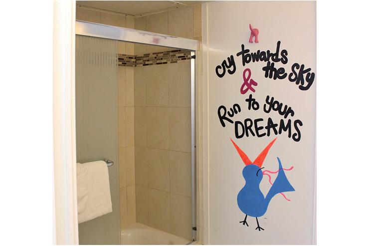 メッセージ付きの遊び心あふれるバスルーム