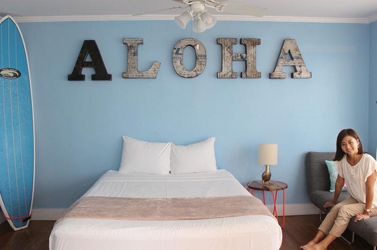 「ALOHA」のオブジェが飾られたベッドルームの青い壁はSNS映え間違いなし