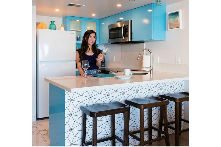 フルキッチンには食器類だけでなく電子レンジや炊飯器などの調理器具もある