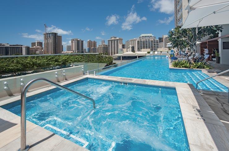 ワイキキでもっとも高い位置にあるインフィニティプールなど、リゾートフィーなしでホテル宿泊者同様に最高級の設備やサービスを使える
