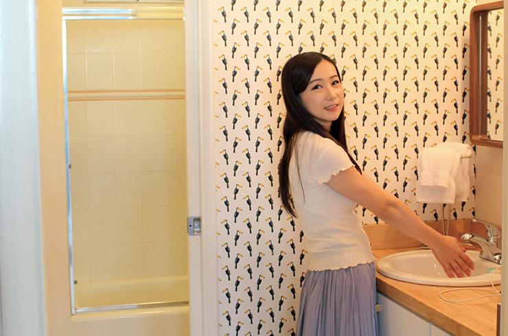 バスタブ付きのバスルームは壁紙もフォトジェニック