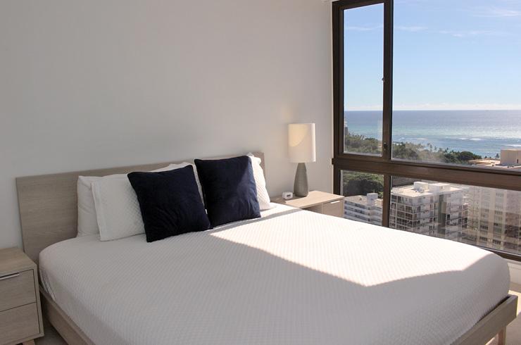 広々キングサイズのベッドのほか、リビングにはソファベッドもあり、最大6人宿泊可能