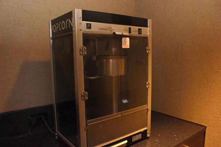 ハワイのパークレーンのスクリーンルームにはポップコーンマシンがある