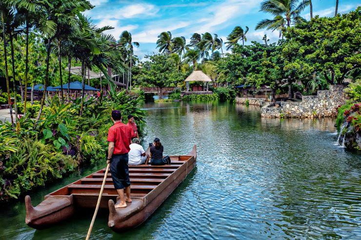 ポリネシアの村を巡る、参加無料のカヌーツアー