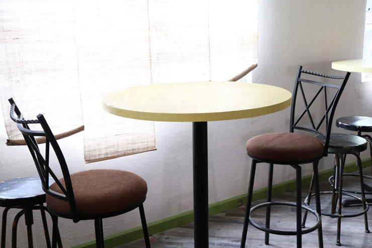 窓際のハイテーブル
